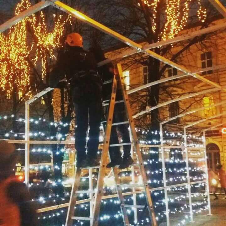 Монтаж новогодней иллюминации в Харькове