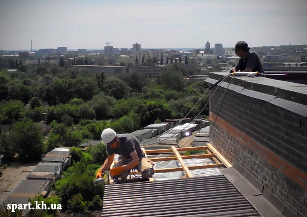 Работа на высоте: монтаж стропильной кровли в Харькове