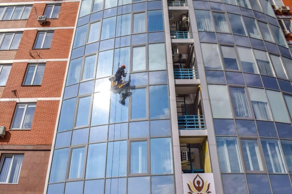 мойка стекла на фасаде здания