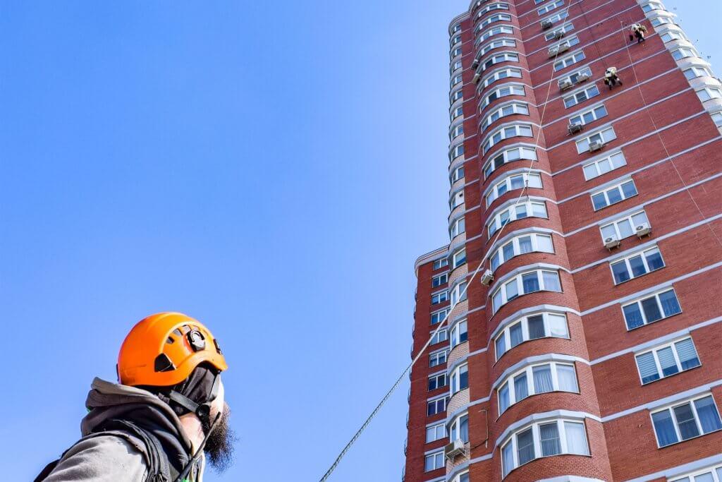 Мойка промышленными альпинистами фасада здания в Харькове