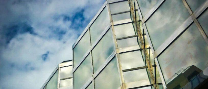 Почему нужно регулярно мыть стеклянные фасады зданий